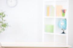 Unscharfer Hintergrund der Kindertagesstätte Raum mit Schreibtisch Lizenzfreie Stockbilder