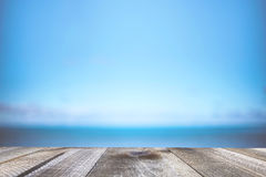 Unscharfer Hintergrund der Seeküste und alte Tabelle des Holzes Stockfoto