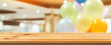 Unscharfer Hintergrund des hölzernen Brettes leere Tabelle Braunes Holz der Perspektive über Unschärfe im Kaufhaus Stockbilder