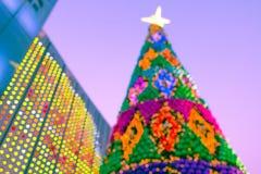 Unscharfer Hintergrund des verzierten glühenden Weihnachtsbaums und des Kamins Lizenzfreies Stockfoto