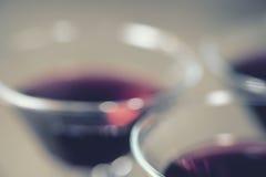 Unscharfer Hintergrund des Weinglases Lizenzfreie Stockfotografie