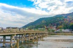 Unscharfer Hintergrund Katsura River und Togetsukyo-Brücke in Arashi Lizenzfreie Stockfotos