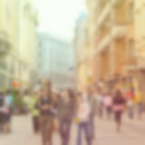 Unscharfer Hintergrund mit den Leuten, die in die Stadt schlendern Stockfotos