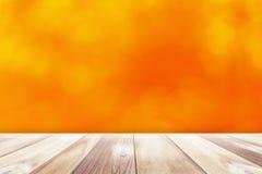 Unscharfer Hintergrund mit Holztisch Lizenzfreies Stockfoto