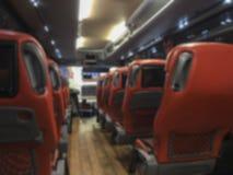 Unscharfer Hintergrund mit Innere eines allgemeinen Busses stockfotografie