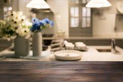 Unscharfer Hintergrund Moderne Küche mit hölzerner Tischplatte und Raum für Sie Stockfotos