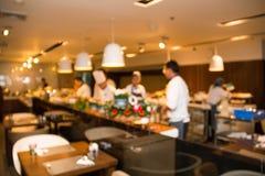 Unscharfer Hintergrund: Restaurantcaféunschärfe mit Chef Lizenzfreie Stockbilder