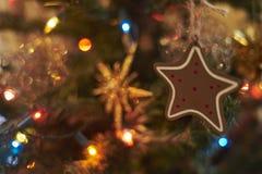 Unscharfer Hintergrund, Weihnachtsbaumdekoration lizenzfreies stockfoto