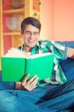 Unscharfer junger Mann mit Gläsern und Buch stockbilder