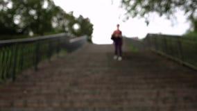 Unscharfer nicht identifizierter junger Athlet In Tracksuit stock video footage