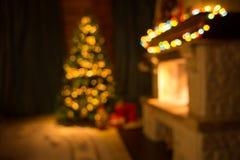 Unscharfer Raum mit Kamin und verziertem Weihnachtsbaum Stockfoto