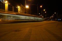 Unscharfer Schuss der Tram nachts herein in die Stadt Stockfotos