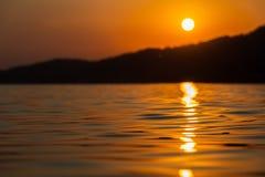 Unscharfer Sonnenuntergang am Meeresspiegel Lizenzfreies Stockfoto