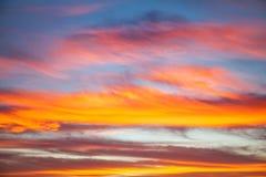 Unscharfer Sonnenuntergang mit Wolken Bunter Sonnenuntergang, Sonnenaufgang-Hintergrund Lizenzfreies Stockfoto