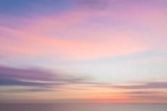 Unscharfer Sonnenunterganghimmel und -ozean stockfotos