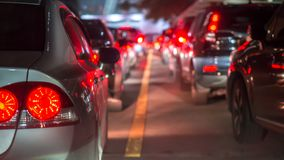 Unscharfer Stau und Bremslicht in Bangkok, Thailand an sogar stockfotografie