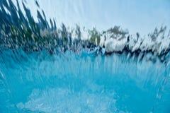Unscharfer Swimmingpoolwasserfall entziehen Sie Hintergrund lizenzfreie stockfotos