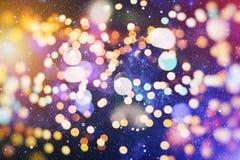 Unscharfer und silberner funkelnder Glanzbirnenlichthintergrund der Zusammenfassung: Unschärfe des Weihnachtstapeten-Dekorationsk lizenzfreies stockfoto