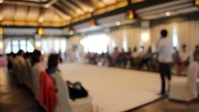 unscharfer Werkstattsprecher im Seminar stockbild