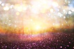 Unscharfes abstraktes Foto der Lichtexplosion unter Bäumen und Funkeln goldenen bokeh Lichtern lizenzfreie stockbilder