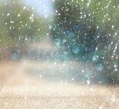 Unscharfes abstraktes Foto der Lichtexplosion unter rtees und Funkeln bokeh beleuchtet gefiltertes Bild und gemasert lizenzfreie stockfotografie