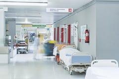 Unscharfes Aufzugrot Bettdoktorkrankenhauses Korridor Stockfoto