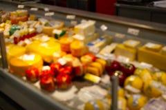 Unscharfes Bild des Käseprodukt-Warenregals im Kleinsupermarktspeicher in Einkaufsabteilungsmall für Hintergrund lizenzfreie stockfotografie