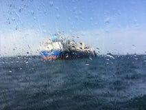 Unscharfes Bild für Hintergrund des Tankers im Meer hinter nassem Gewinn Lizenzfreie Stockfotos
