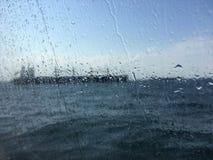 Unscharfes Bild für Hintergrund des Tankers im Meer hinter nassem Gewinn Lizenzfreie Stockbilder