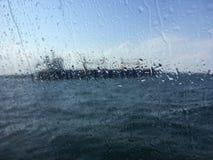Unscharfes Bild für Hintergrund des Tankers im Meer hinter nassem Gewinn Lizenzfreie Stockfotografie