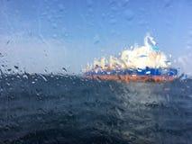 Unscharfes Bild für Hintergrund des Tankers im Meer hinter nassem Gewinn Stockbilder