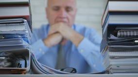 Unscharfes Bild mit Geschäftsmann Image Looking Bored und enttäuscht in Archiv O stockfoto