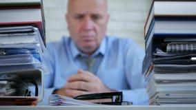 Unscharfes Bild mit Geschäftsmann Tired und beteiligtes Denken nachdenklich im Büro stock video