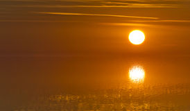 Unscharfes Bild von Reflexionen des Sonnenlichtes auf einer Wasseroberfläche mit absoluter Ruhe - Weichzeichnung Stockbilder