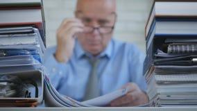 Unscharfes Bild-Wirtschaftler In Accounting Archive, das mit Dokumenten arbeitet lizenzfreie stockfotografie