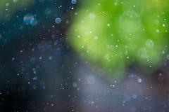 Unscharfes bokeh kreist vom Blitz im Regen ein Stockfoto