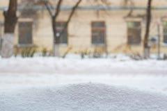 Unscharfes Hintergrundgelbhaus mit den Fenstern im Winter Lizenzfreies Stockbild