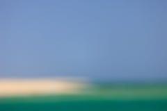 Unscharfes Meer, Himmel und Strand Stockbild