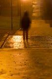Unscharfes Personenschattenbild in der Dunkelheit Lizenzfreies Stockfoto