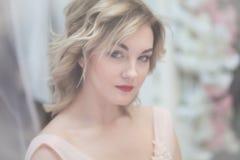 Unscharfes Porträt eines schönen Mädchens mit blondem hören lizenzfreie stockbilder