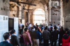 Unscharfes unfocused Bild von Touristen im Kolosseum rom Italien Stockbild