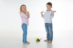 Unschuldige Kinder, die auf dem Boden stehen Stockbilder
