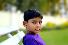 Unschuldiger Junge von 6 Jahren Stockfoto