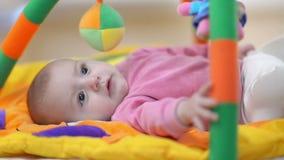 Unschuldiges Baby-Lächeln stock footage