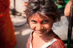 Unschuldiges Lächeln des indischen weiblichen Kindes Lizenzfreie Stockfotos