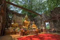 Unseen Thailand, Boedha in oude tempel in Wat Sang Kratai Ang Thong Province, Thailand Stock Foto's