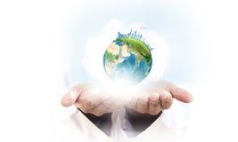 Unser Planet in unseren Händen Stockbild