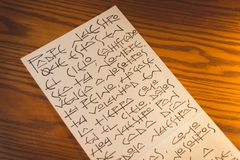 Unser Vater-Christian-Gebet auf spanisch auf Blatt Papier lizenzfreies stockfoto