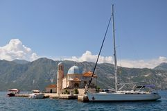 Unsere Dame der Felsen, Perast in der Bucht von Kotor stockfotos