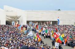 Unsere Dame von Fatima Sanctuary - Flaggen, Christian Faith, Menge des eifrigen Anhängers Stockfoto